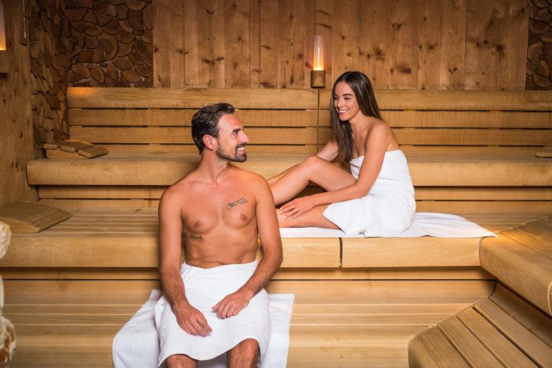 Entspannte Badegäste in der Lohengrin Therme.