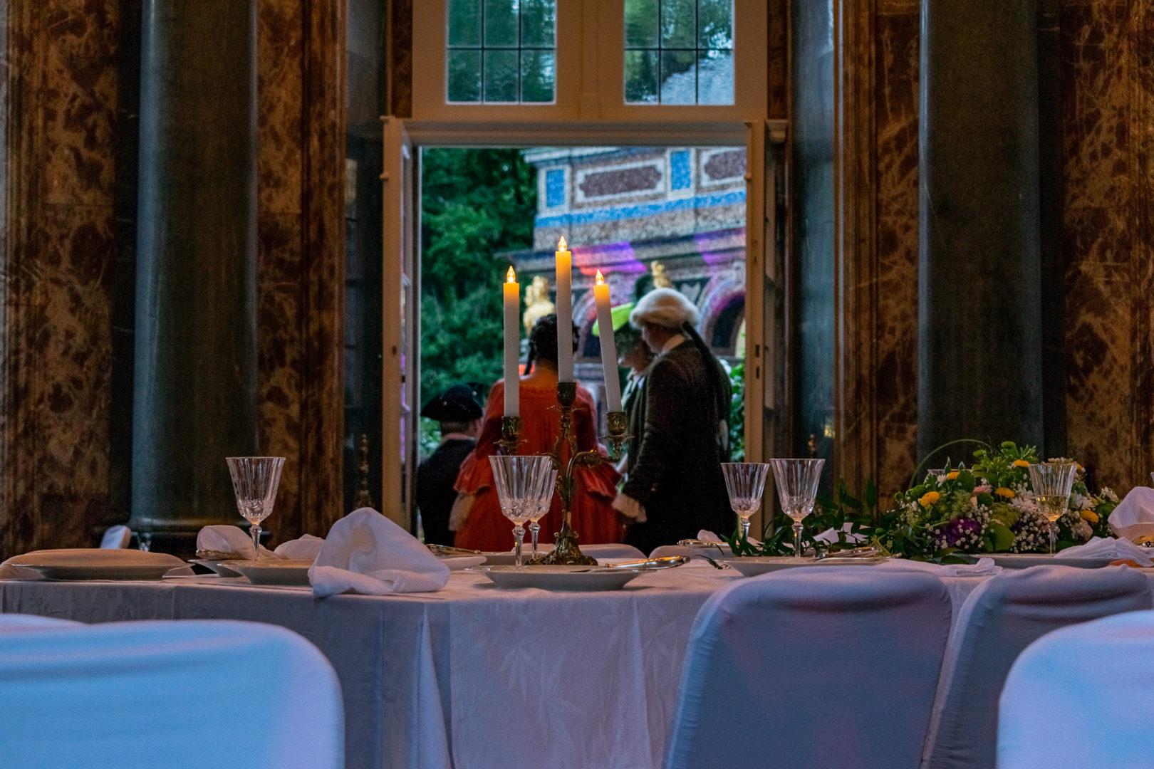 Abendmahl der Hofgesellschaft zum Sommernachtsfest