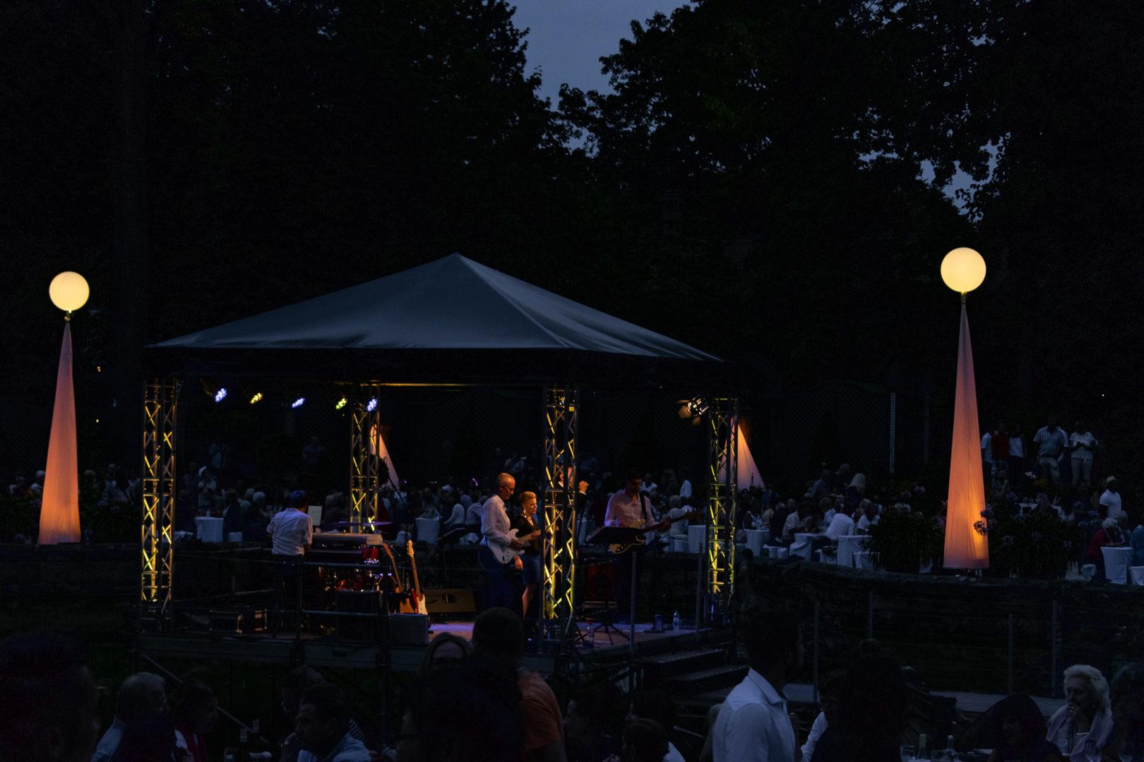 Band auf der Bühne im Brunnen der Orangerie