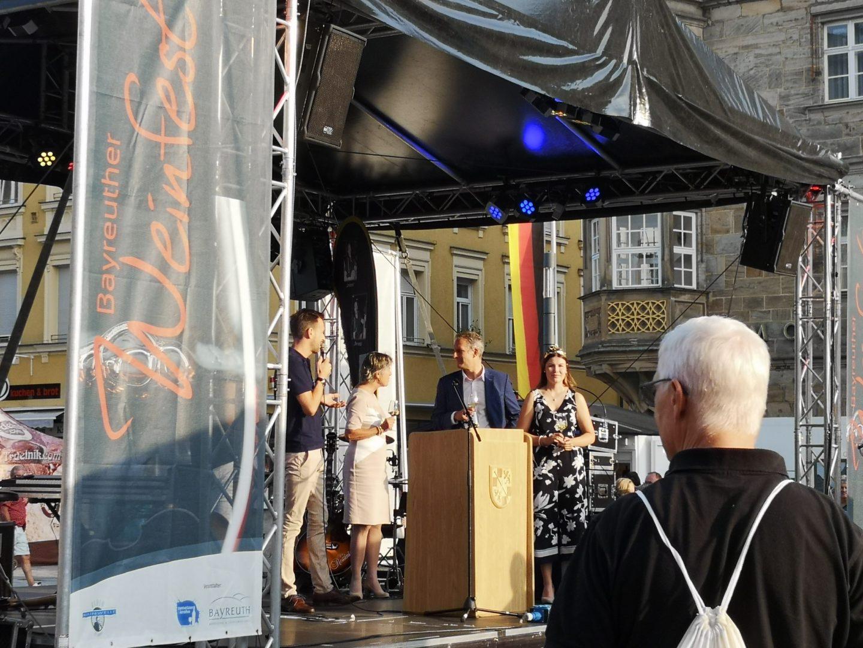 Eröffnung des Bayreuther Weinfests durch Brigitte Merk-Erbe, Dr. Becher (BMTG), Herrn Zametzer (Eventgastronomie Zametzer und Krohn) und der Fränkischen Weinprinzessin.