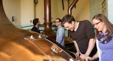 Besucher der Maisels-Bier-Erlebnis-Welt, einem Bestandteil der Bayreuther Biertour