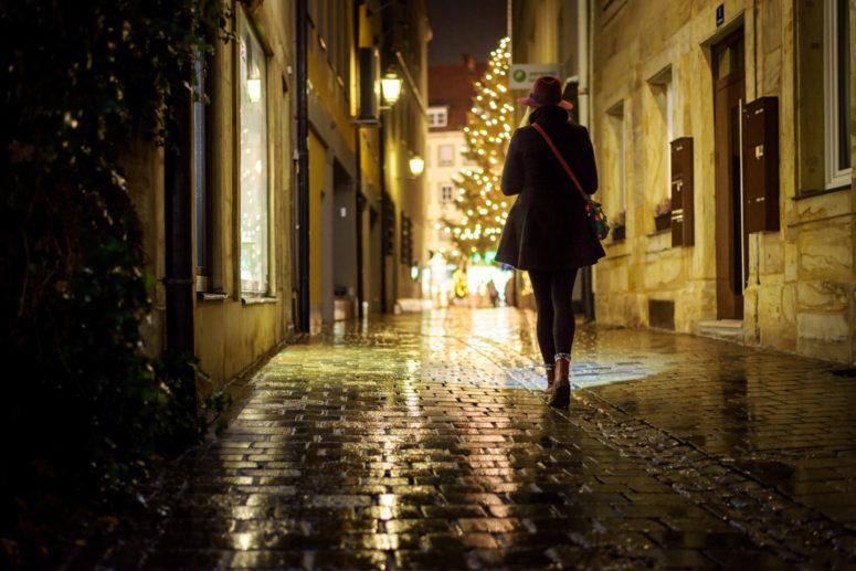 Frau alleine in winterlicher Gasse